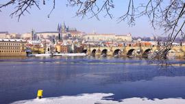 Schiffsfahrt durch das winterliche Prag