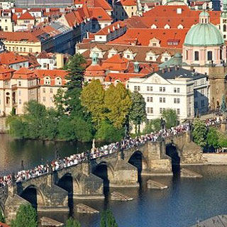 Hodinová plavba centrem Prahy s kávou a dezertem