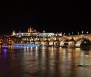 Noční plavba Prahou má jedinečné kouzlo
