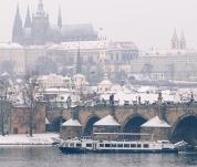 Plavby zimní Prahou na lodi